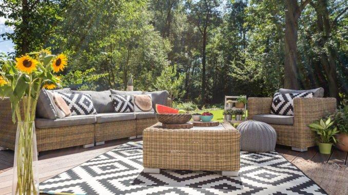 eine sitzgruppe im garten als oase der erholung. Black Bedroom Furniture Sets. Home Design Ideas