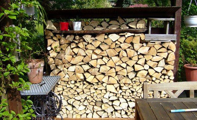 Sichtschutz für Terrassen aus Brennholz