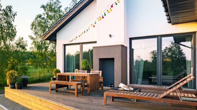 Große Terrasse gestalten - so wird\'s richtig gemütlich